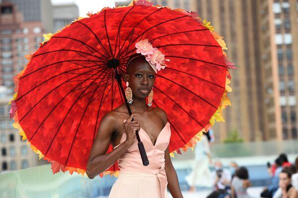 Modelka podczas pokazu Flying Solo na New York Fashion Week - Sputnik Polska