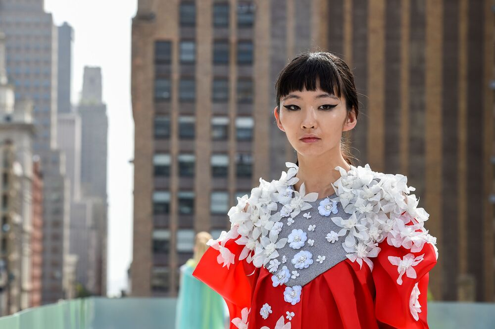 Pokaz kolekcji projektanta mody Elmadawy New York podczas Flying Solo NYFW Show.