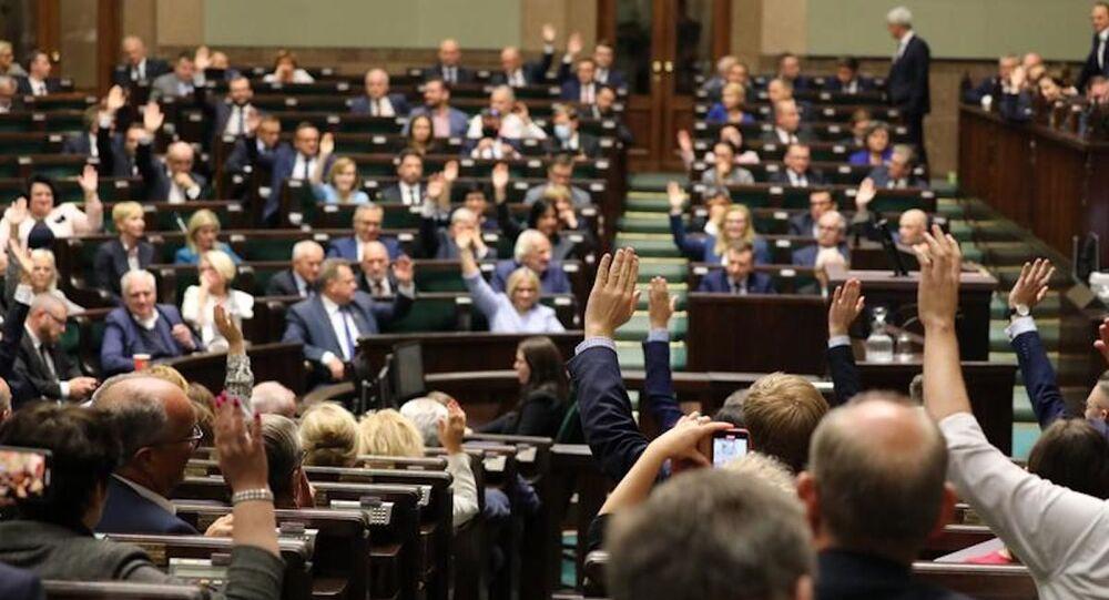 Posłowie Sejmu RP podczas głosowania