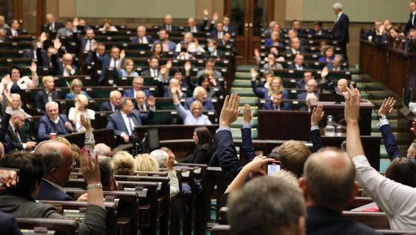 Posłowie Sejmu RP podczas głosowania - Sputnik Polska
