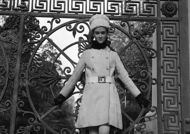 Modelka Moskiewskiego Domu Mody w stroju z kolekcji jesień-zima, 1968 rok
