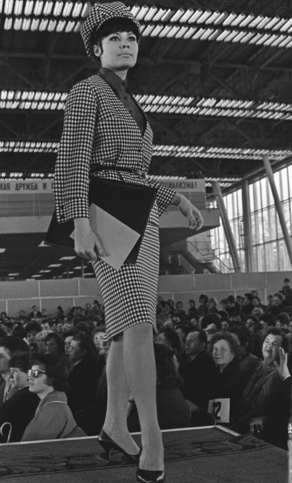 Modelka podczas pokazu jesień-zima,  1964 rok  - Sputnik Polska