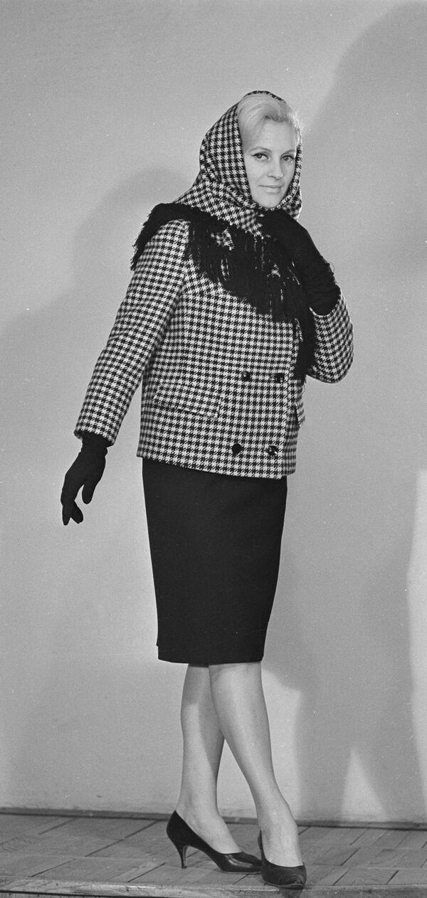 Modelka prezentuje odzież z kolekcji wiosna-jesień, 1965 rok  - Sputnik Polska