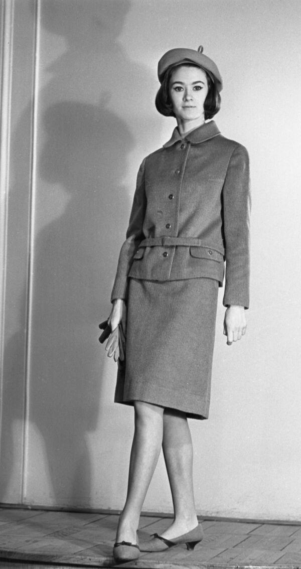 Modelka prezentuje strój z kolekcji jesień-zima, 1965 rok  - Sputnik Polska