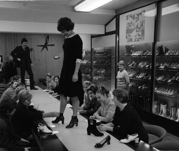 """Pokaz nowej kolekcji jesienno-zimowej moskiewskiej fabryki obuwia """"Paris Commune"""", 1972 rok - Sputnik Polska"""