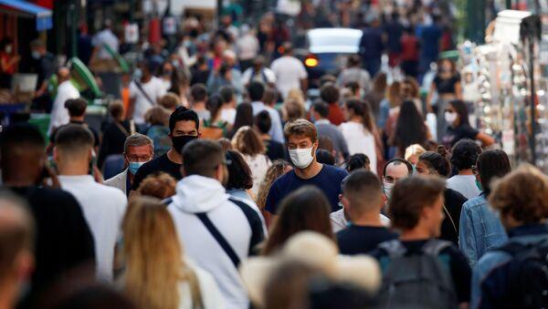 Ludzie ma maskach ochronnych na ulicy Paryża - Sputnik Polska