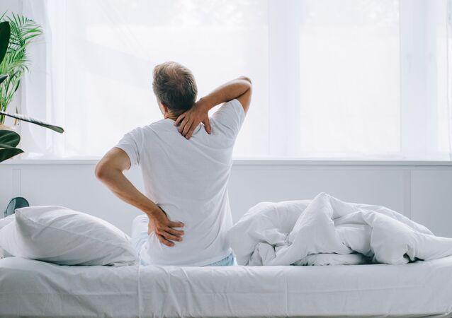 Mężczyzna na łóżku
