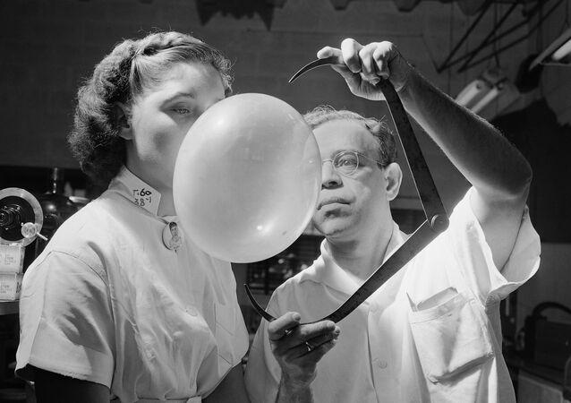 Badanie tekstury i elastyczności gumy do żucia przez kierownika badań w Bazooka Bubble Gum Company, 1949 rok