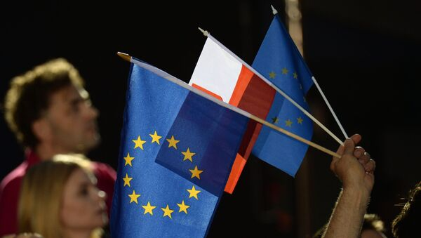 Flagi Unii Europejskiej i Polski - Sputnik Polska
