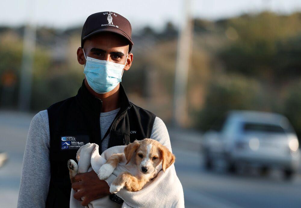 Uchodźca z psem w Grecji
