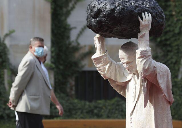 Pomnik Jana Pawła II w Warszawie.
