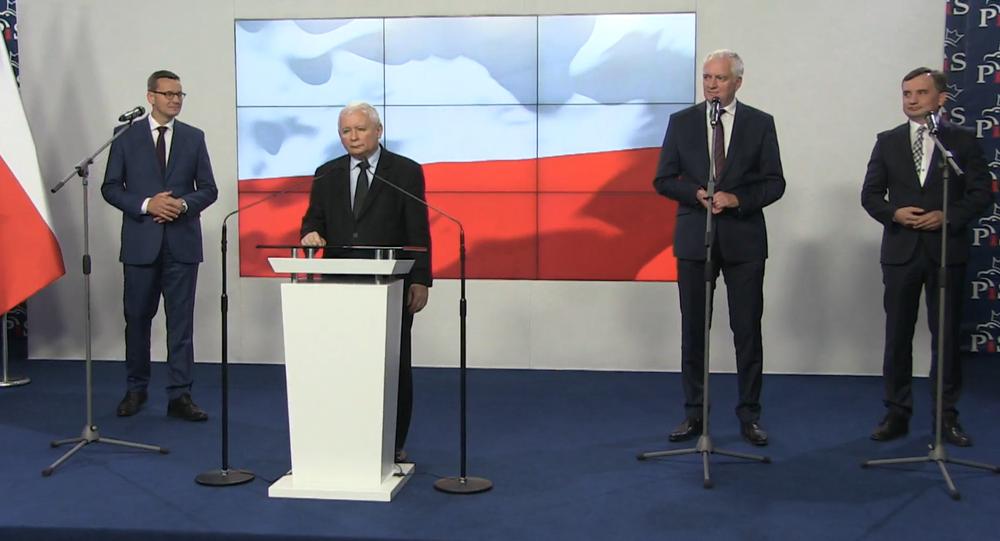 Podpisanie umowy koalicyjnej przez Jarosława Kaczyńskiego, Zbigniewa Ziobrę i Jarosława Gowina