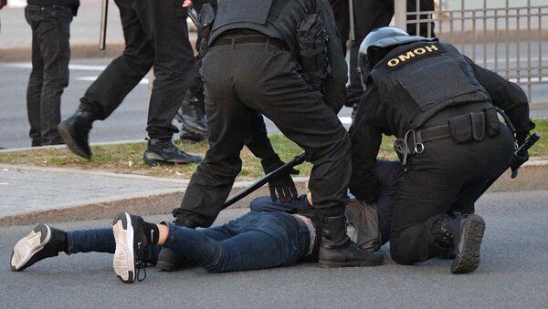 Funkcjonariusze OMONu zatrzymują uczestników protestów w Mińsku. - Sputnik Polska