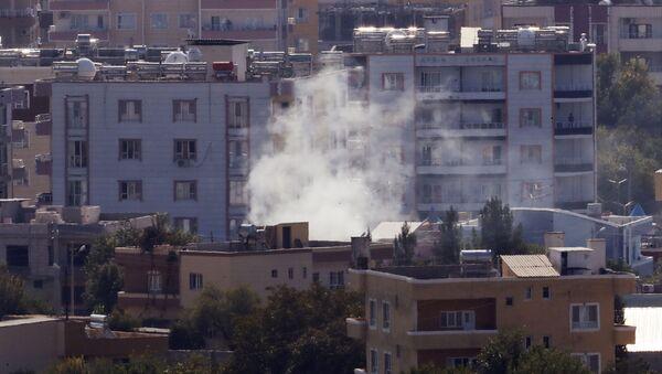 Dym nad jedną z ulic syryjskiego miasta Ras Al-Ajn - Sputnik Polska