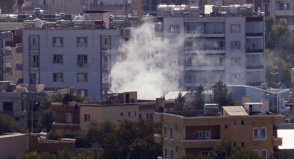 Dym nad jedną z ulic syryjskiego miasta Ras Al-Ajn.