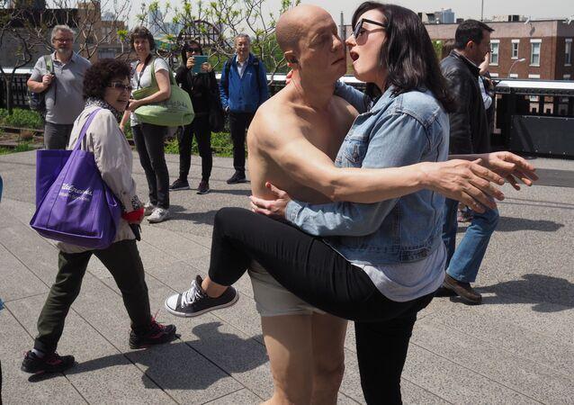 Turystka i statua Tony Matelli Sleepwalker w Nowym Jorku