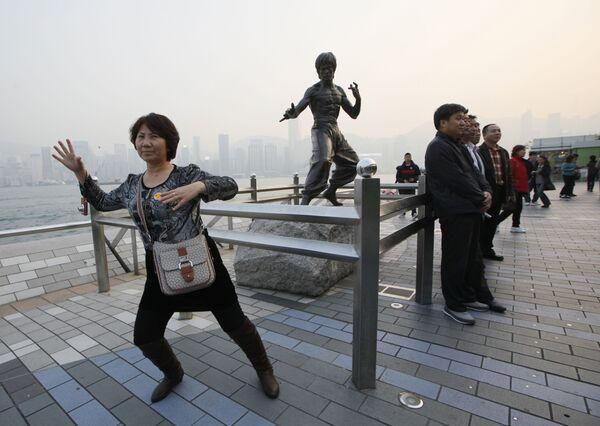 Turyści z pomnikiem Bruce'a Lee w Hongkongu - Sputnik Polska