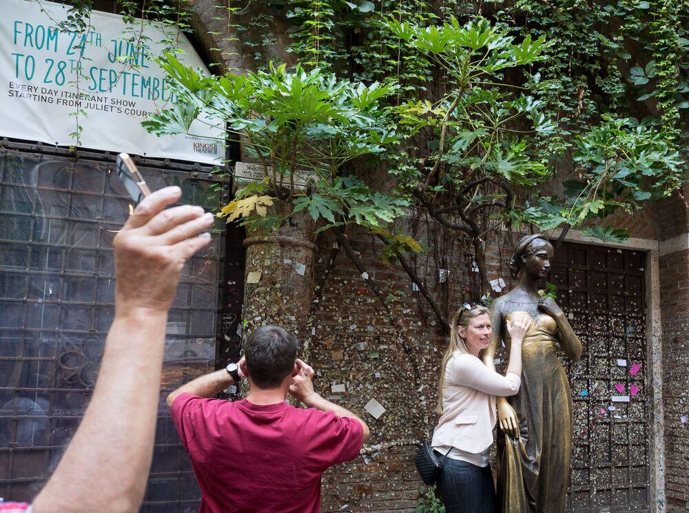 Turystka ze rzeźbą Julii w Weronie