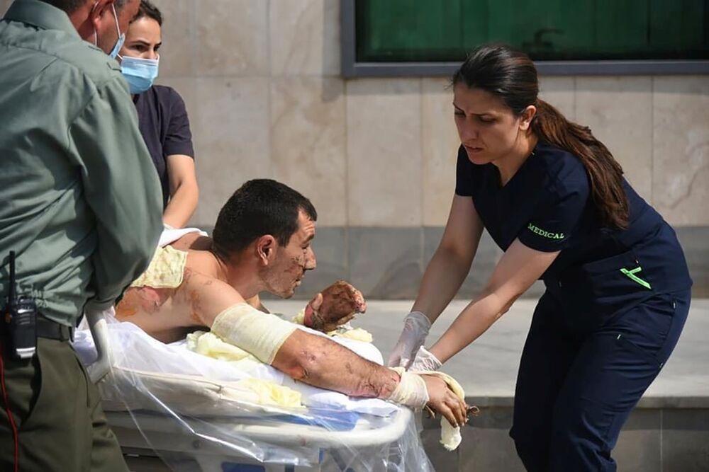 Specjaliści udzielają pomocy medycznej mężczyźnie, o którym mówi się, że jest cywilem rannym podczas starć w separatystycznym regionie Górskiego Karabachu