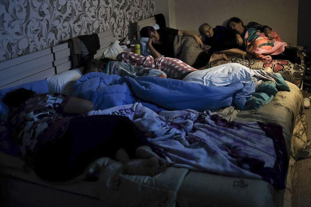 Ludzie w schronie przeciwbombowym w Górskim Karabachu