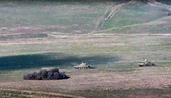 Armia ormiańska niszczy azerbejdżańskie czołgi na lini styku Republiki Górskiego Karabachu - Sputnik Polska