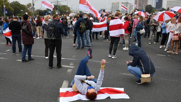 Uczestnicy nielegalnego protestu opozycji w Mińsku - Sputnik Polska