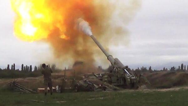 Siły Zbrojne Azerbejdżanu atakują jednostkami artyleryjskimi Siły Zbrojne Armenii w Górskim Karabachu - Sputnik Polska