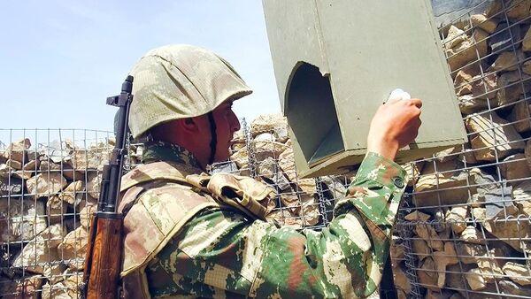 Żołnierz z Azerbejdżanu na pozycjach bojowych - Sputnik Polska