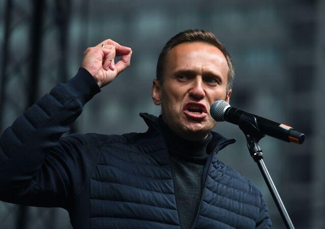 Polityk Aleksiej Nawalny przemawia na wiecu