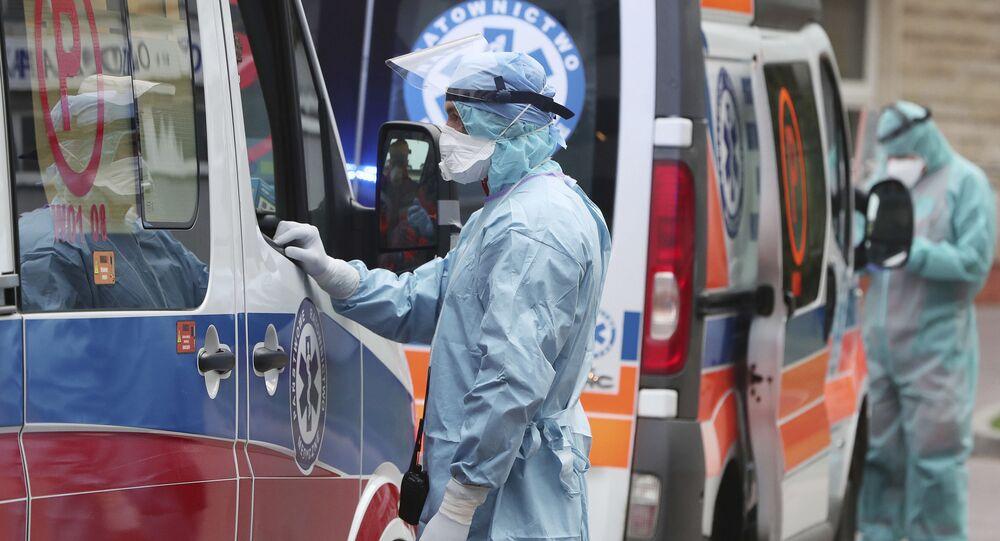 Pracownik medyczny przy karetce pogotowia w Warszawie