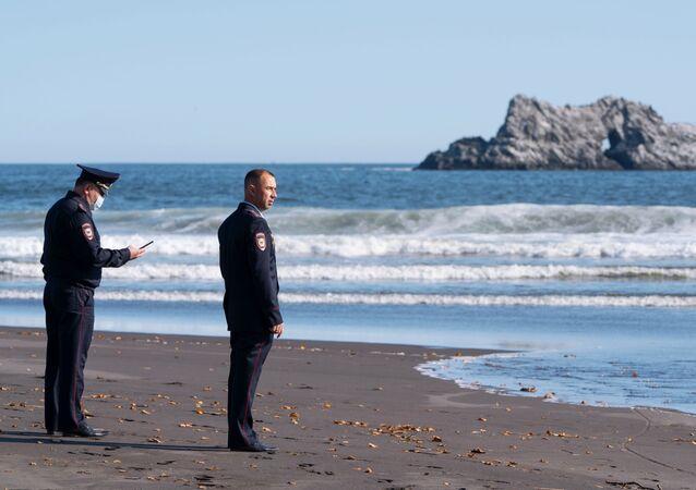Pracownicy Ministerstwa Spraw Wewnętrznych Kraju Kamczackiego podczas czynności operacyjno-rozpoznawczych w miejscu domniemanego incydentu na plaży na Kamczatce