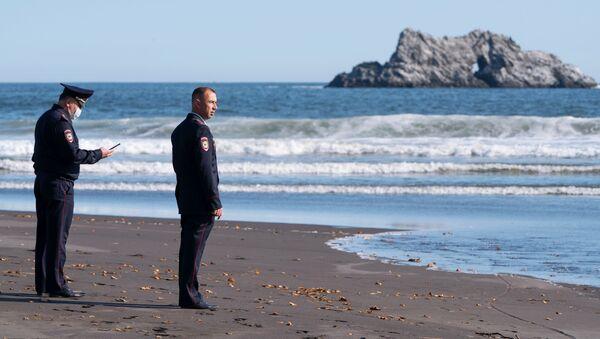 Pracownicy Ministerstwa Spraw Wewnętrznych Kraju Kamczackiego podczas czynności operacyjno-rozpoznawczych w miejscu domniemanego incydentu na plaży na Kamczatce - Sputnik Polska