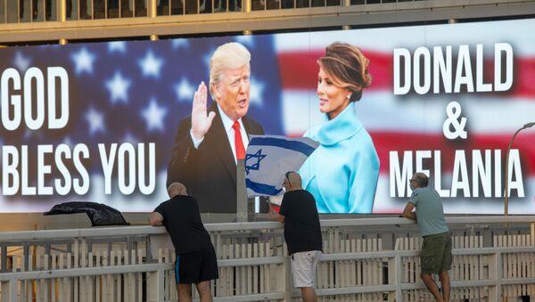 Donald Trump i  Melania Trump na plakacie - Sputnik Polska