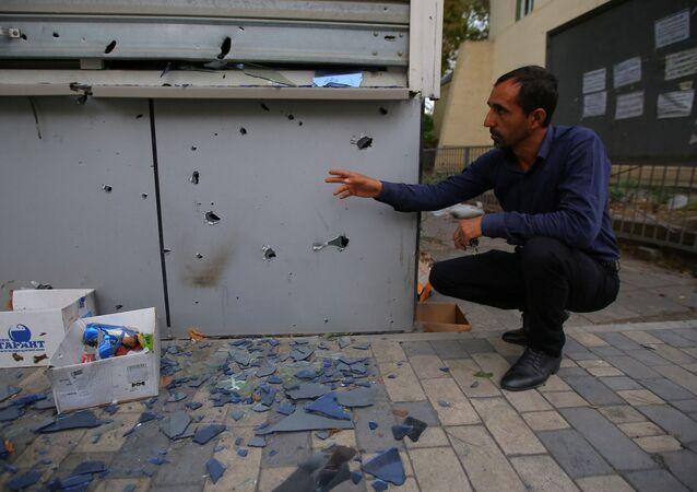 Mężczyzna podczas demonstracji skutków ostrzału w mieście Terter, Azerbejdżan.
