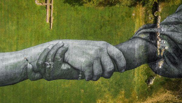Лендарт французского художника Saype в Турине - Sputnik Polska