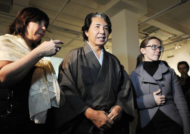 Japoński projektant Kenzo Takada podczas otwarcia wystawy w Moskwie