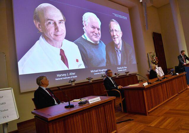 Laureaci Nagrody Nobla w dziedzinie fizjologii lub medycyny w 2020 roku Amerykanie Harvey Alter, Charles Rice i Brytyjczyk Michael Houghton