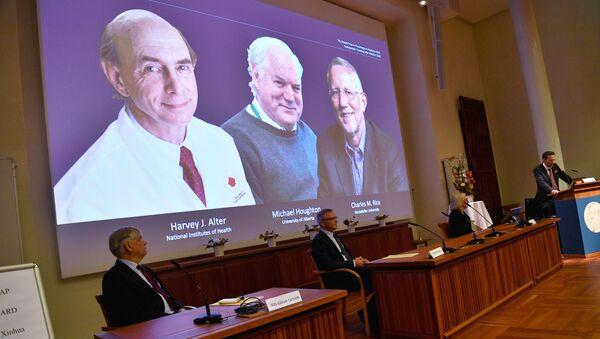 Laureaci Nagrody Nobla w dziedzinie fizjologii lub medycyny w 2020 roku Amerykanie Harvey Alter, Charles Rice i Brytyjczyk Michael Houghton - Sputnik Polska