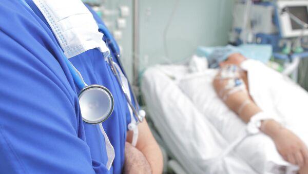 Lekarz przy łóżku pacjenta - Sputnik Polska