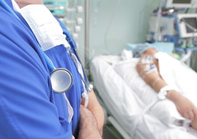 Lekarz przy łóżku pacjenta