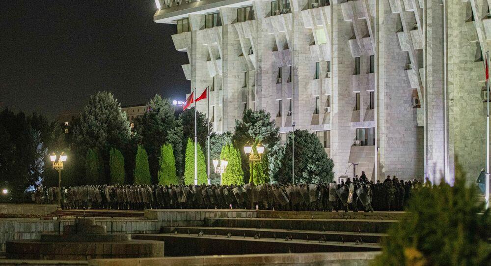 Protest przed budynkiem Białego Domu w Biszkeku.