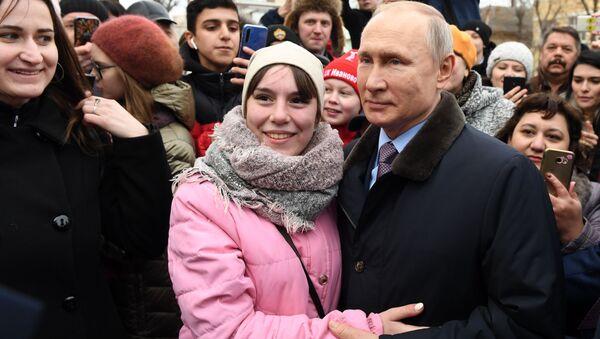 Prezydent Rosji Władimir Putin z mieszkańcami miasta Iwanowo po odwiedzinach w dziecięcym szpitalu  - Sputnik Polska