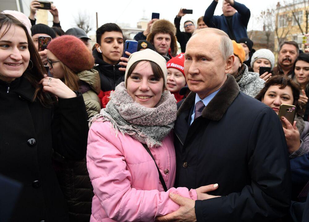 Prezydent Rosji Władimir Putin z mieszkańcami miasta Iwanowo po odwiedzinach w dziecięcym szpitalu
