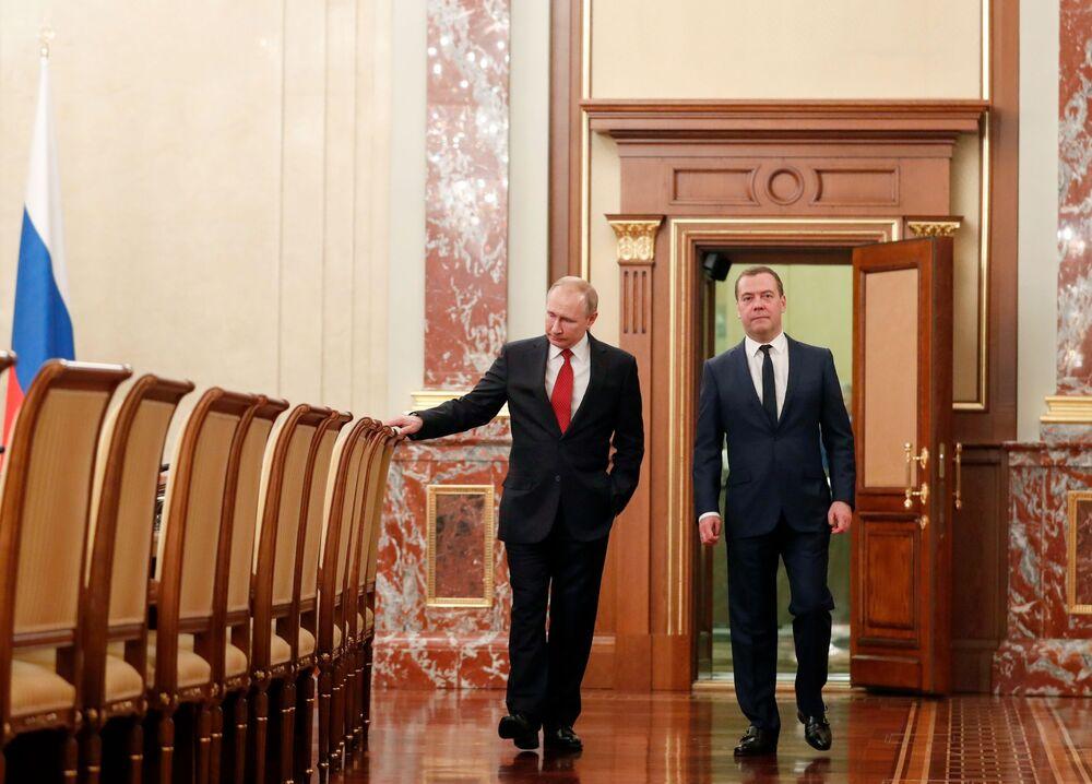 Prezydent Rosji Władimir Putin i Dmitrij Miedwiediew przed spotkaniem z członkami rządu