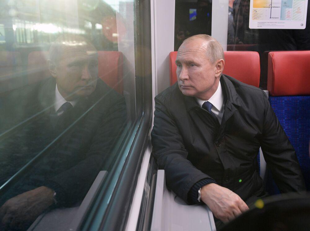 Władimir Putin podczas podróży po nowo otwartej linii kolejowej