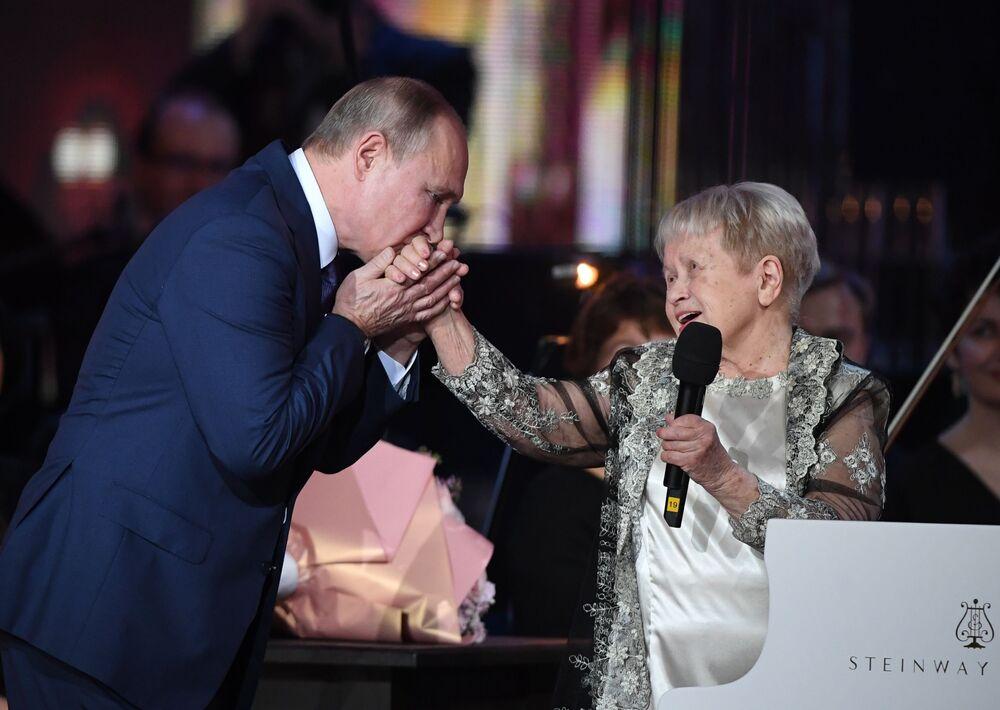 Władimir Putin podczas wieczoru jubilejnego Aleksandry Pachmutowej - radzieckiej i rosyjskiej kompozytorki piosenek popularnych i muzyki poważnej, 2019 rok