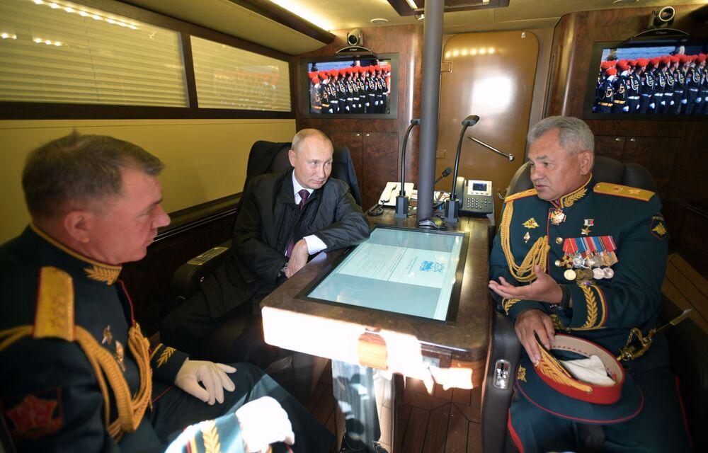Władimir Putin, Minister Obrony Rosji Siergiej Szojgu i dowódca Zachodniego Okręgu Wojskowego Aleksander Żurawlew w kabinie łodzi prezydenckiej