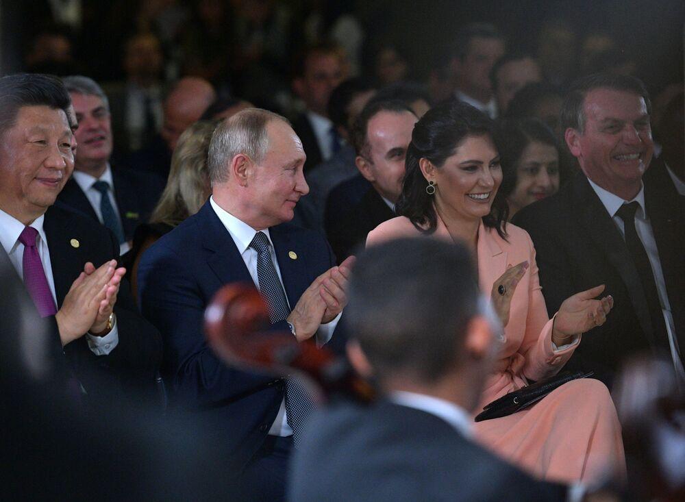 Władimir Putin i prezydent Brazylii z żoną podczas koncertu