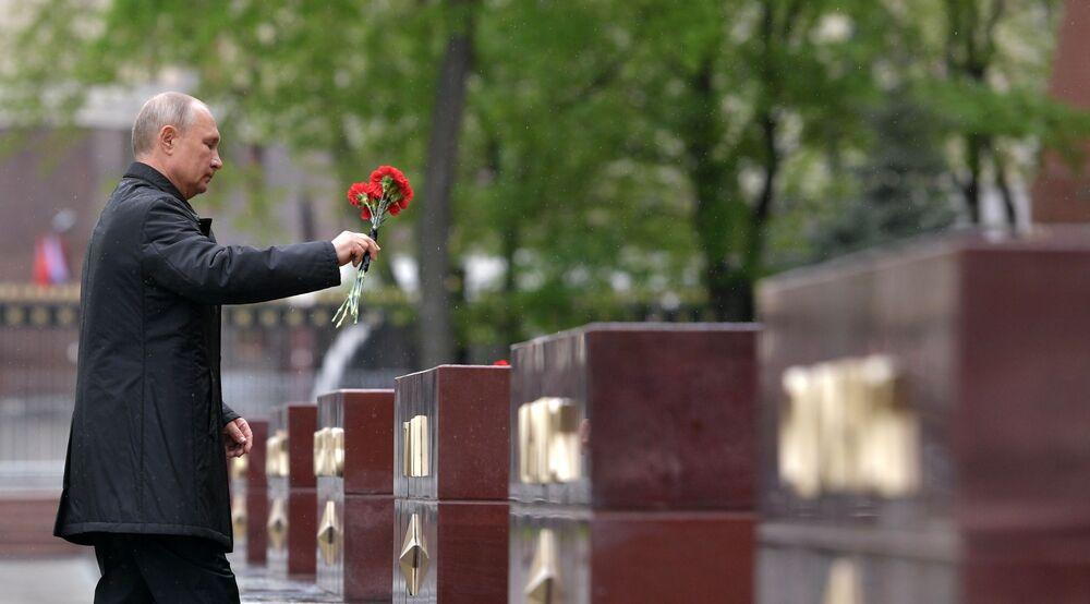 Władimir Putin składa kwiaty na moglie Nieznanego Żołnierza w Moskwie