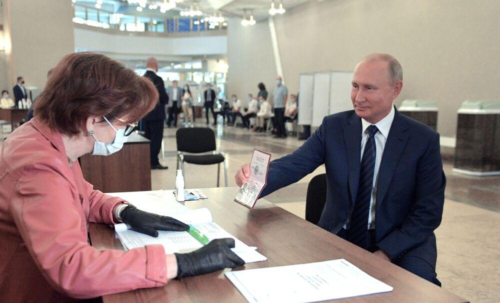 Władimir Putin podczas głosowania ws. zmian w Konstytucji